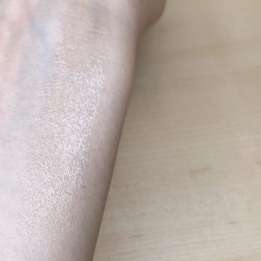 Face Highlighter Holiday Look 2018 swatch 1